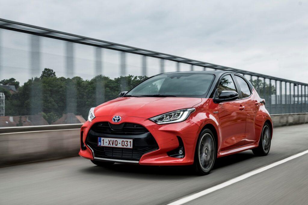 Toyota - największy producent samochodów na świecie - auto na drodze.