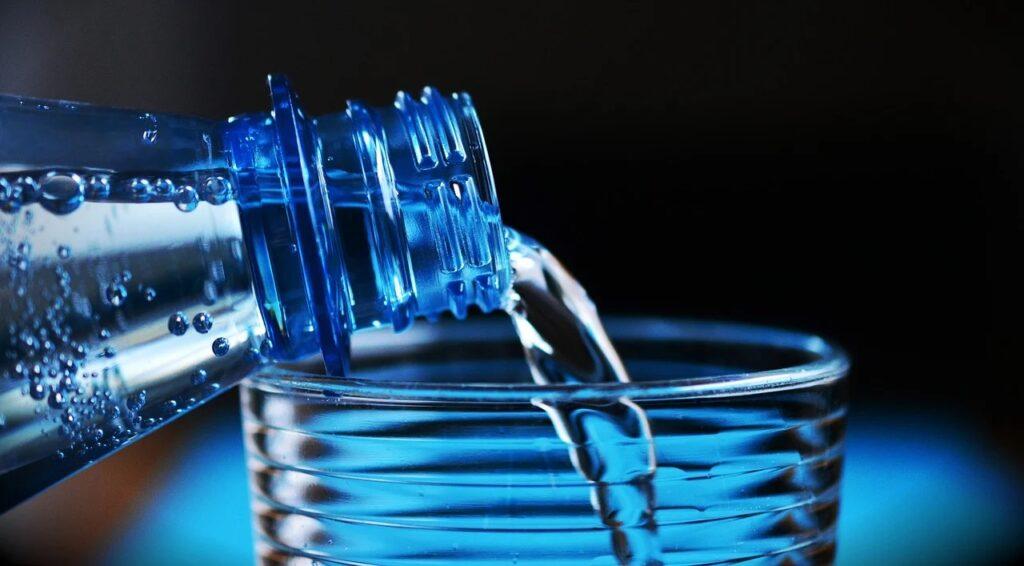 System kaucyjny wymaga konsultacji z branżą handlu - woda nalewana z plastikowej butelki.
