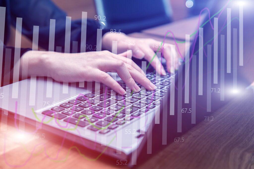 Polska gospodarka potrzebuje digitalizacji - kobieta pisze na klawiaturze laptopa.