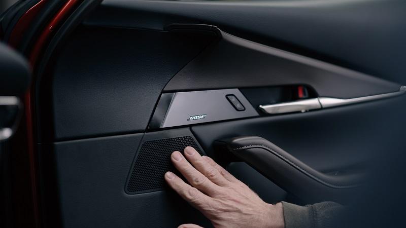 Wspólne przełamywanie konwencji: Mazda i Bose - 30 lat współpracy i głośnik umieszczony na drzwiach wewątrz auta.