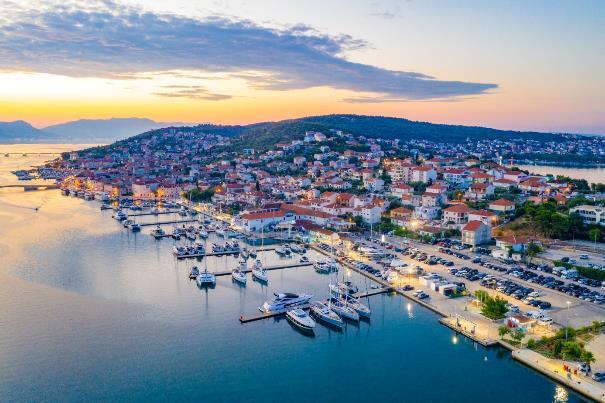 Polski turysta: szuka okazji i podróżuje poza sezonem - w zatoce przycumowane łodzie na wodzie.